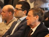 Sander Loones en Siegfried Bracke luisteren aandachtig toe